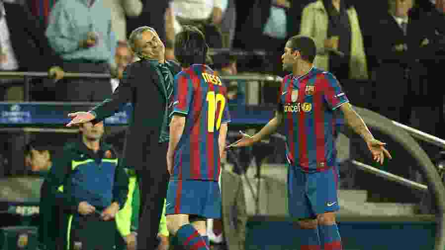 Mourinho conversa com Messi e Daniel Alves durante jogo entre Barcelona e Inter de Milão pela Liga dos Campeões - Stephen Pond/PA Images/Getty Images