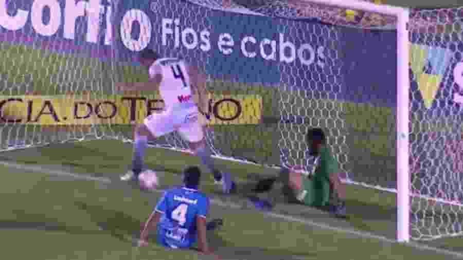 De branco, zagueiro Edson Borges, do Operário, ficou sozinho para fazer o gol - e não conseguiu - Reprodução/Sportv
