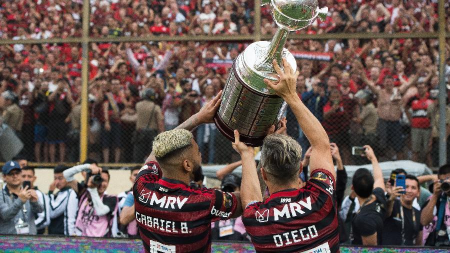 Gabigol e Diego, do Flamengo, levantam taça da Libertadores após o título de 2019 - ALEXANDRE VIDAL/Flamengo
