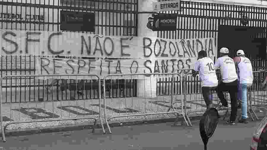 Faixas na Vila Belmiro: Torcida do Santos subiu o tom em protestos na última semana - Reprodução