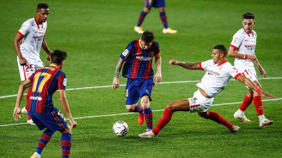 Diego Carlos tenta desarme em Messi em jogo disputado em outubro; clubes voltarão a se enfrentar na próxima semana - Xavier Bonilla/NurPhoto via Getty Images