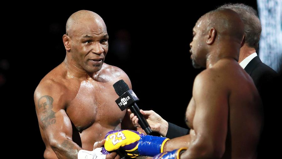Mike Tyson cumprimenta Roy Jones Jr. durante luta que marcou seu retorno aos ringues recentemente - Joe Scarnici/Getty Images for Triller