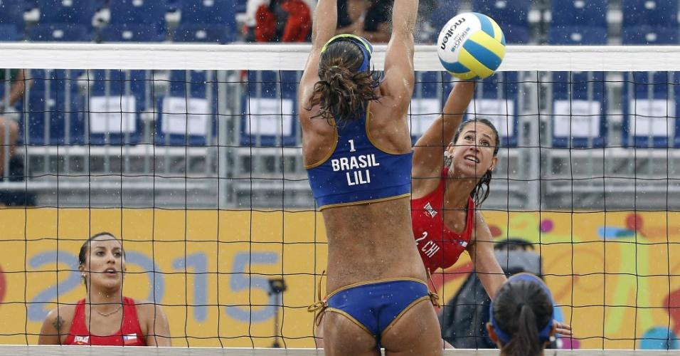 Lili tenta bloquear ataque de jogadora chilena durante partida de vôlei de praia debaixo de chuva em Toronto