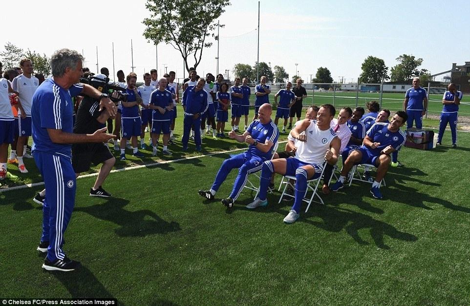 José Mourinho comanda atividade descontraída em treino do Chelsea