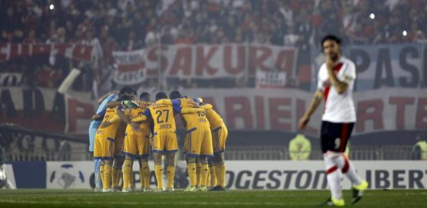 Tigres-MEX (de amarelo) disputou final da Libertadores contra o River Plate-ARG em 2015 - REUTERS/Marcos Brindicci