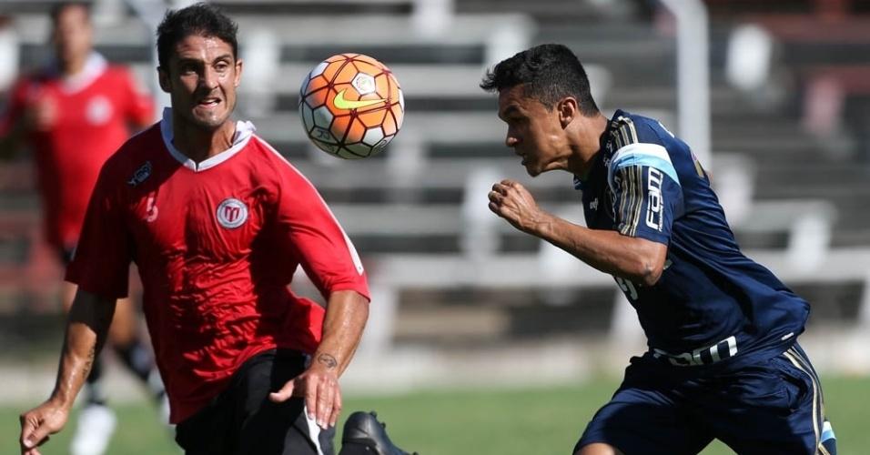 Erik cabeceia a bola no jogo-treino que o Palmeiras realizou em Montevidéu contra o River Plate-URU