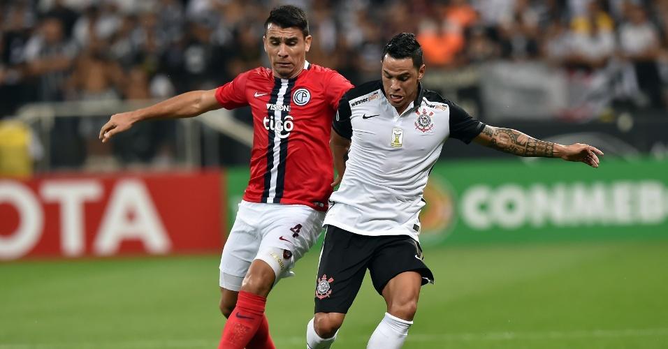 Giovanni Augusto disputa bola no jogo do Corinthians contra o Cerro Porteño, na Libertadores