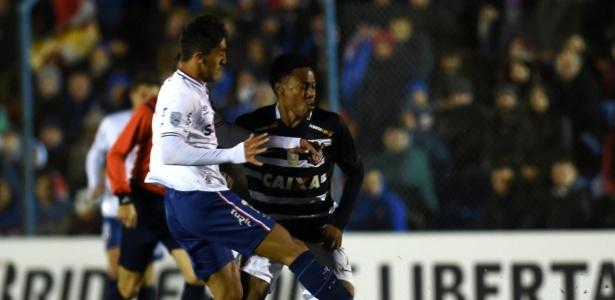 Elias disputa bola com Kevin Ramirez no jogo do Corinthians contra o Nacional-URU, na Libertadores - AFP PHOTO / PABLO PORCIUNCULA