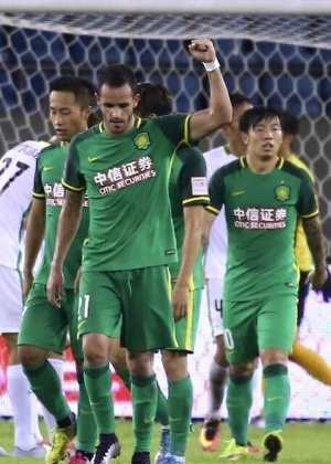 Renato Augusto comemora após marcar pelo Beijing Guoan