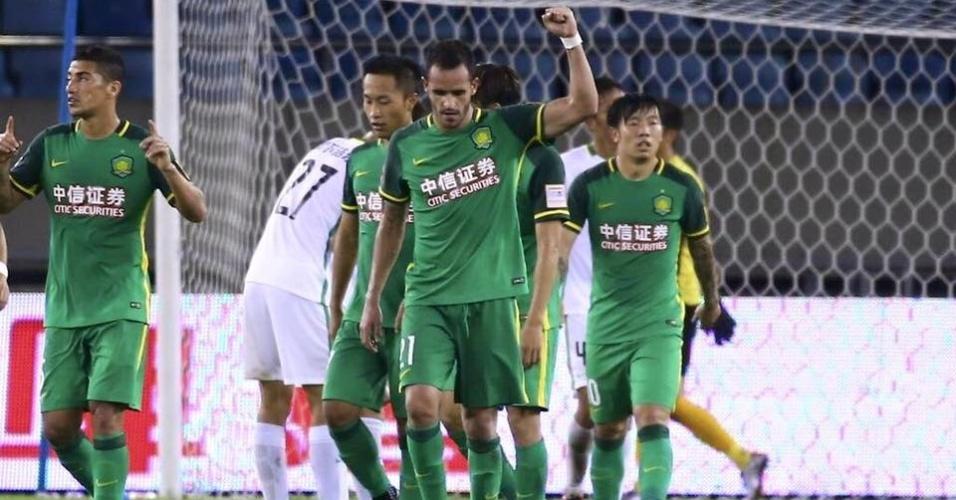 Renato Augusto comemora após marcar para o Beijing Guoan