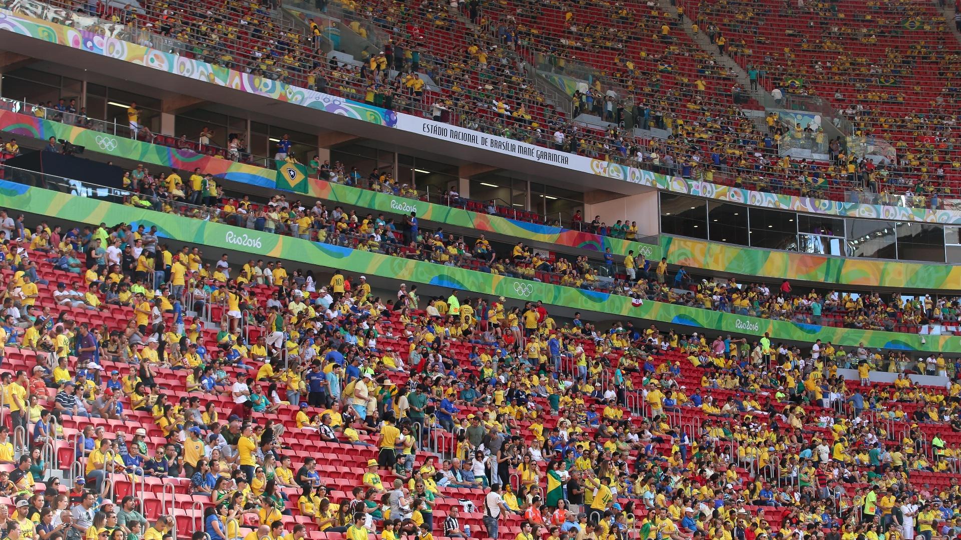 Torcedores enchem o estádio Mané Garrincha