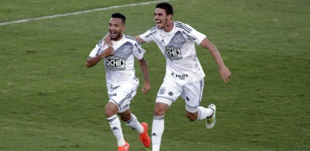 Clayson (à esq.) fez golaço para a Ponte Preta contra o Corinthians