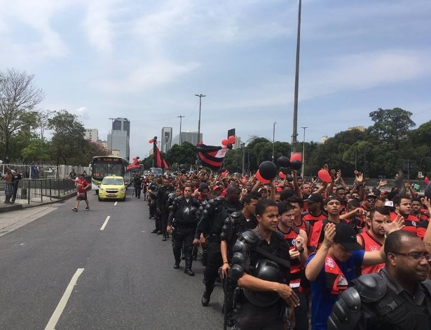 Torcida do Flamengo faz protesto para organização da Rio-2016 devolver o Maracanã - Reprodução Facebook