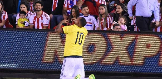 Edwin Cardona comemora gol da Colômbia diante da torcida do Paraguai no Estádio Defensores del Chaco, em Assunção