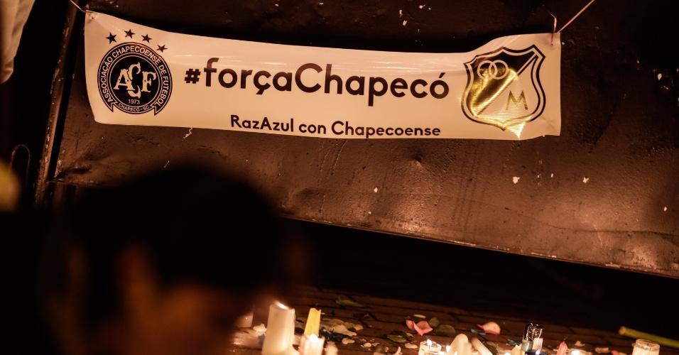 Torcedores do Millonarios prestam homenagem às vítimas da tragédia com a Chapecoense