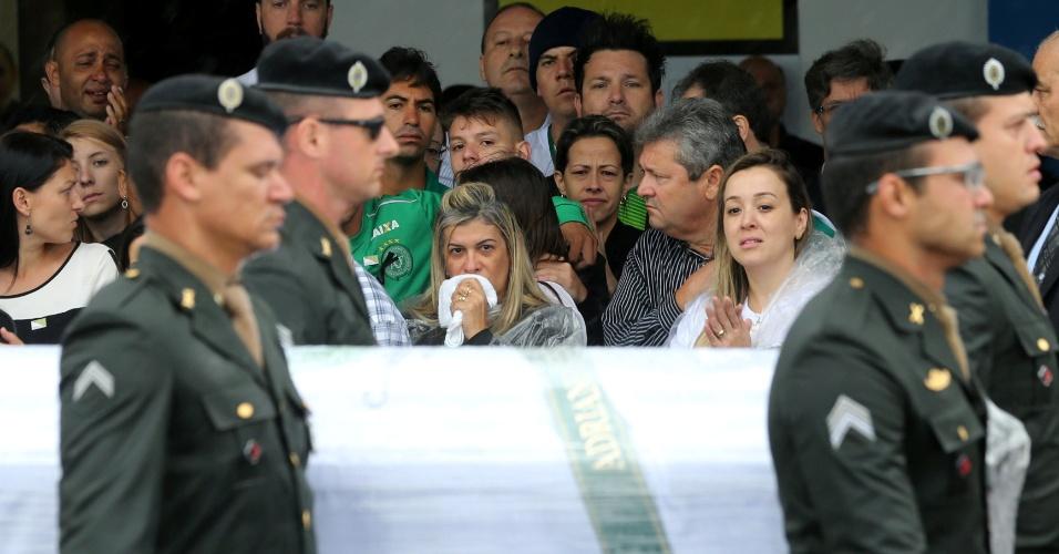 Familiares fitam passagem de caixão no Aeroporto de Chapecó
