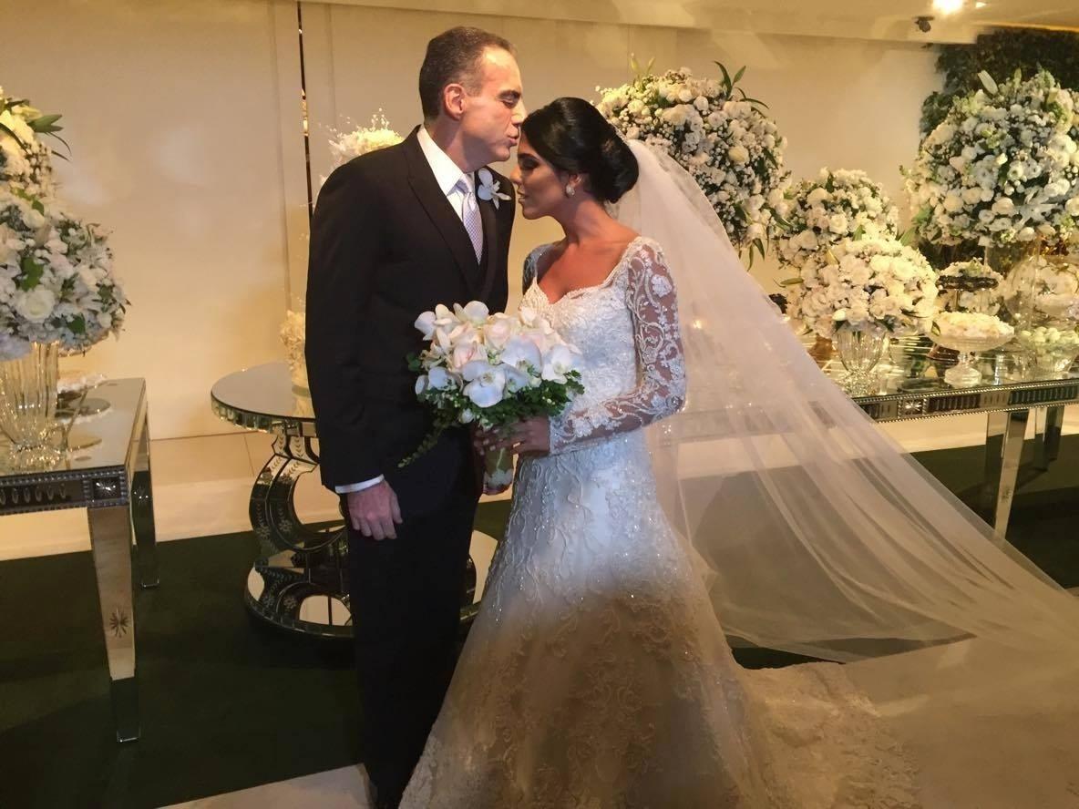 A noiva Larissa Saad posa para fotos