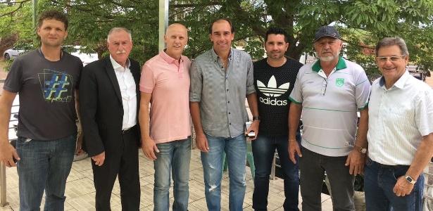 Paulo Baier (ao centro, de camisa cinza) será o novo treinador do SER Panambi