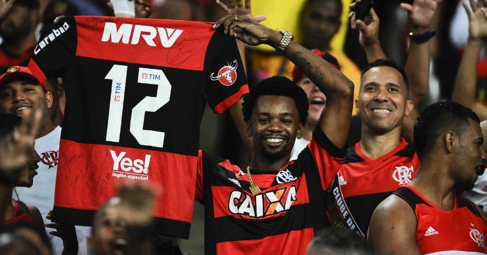 Luis Cláudio, torcedor do Flamengo que apanhou e devolveu a camisa de Rodinei na final do Campeonato Carioca, exibe a nova camisa que ganhou do jogador. Torcedor foi à arquibancada do Maracanã para a partida contra o Atlético-GO válida pelas oitavas de final da Copa do Brasil 2017