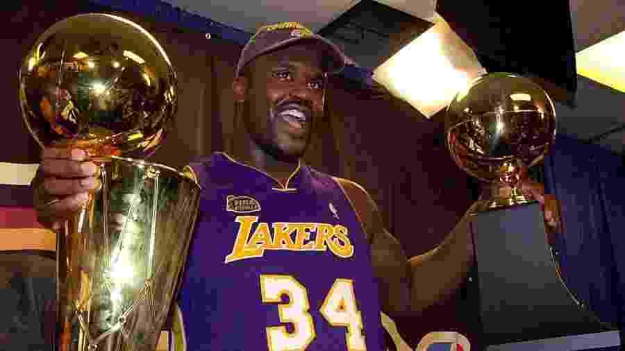 """Shaquille O""""Neal com troféu de campeão da NBA de 2001 - Stan Honda/AFP"""