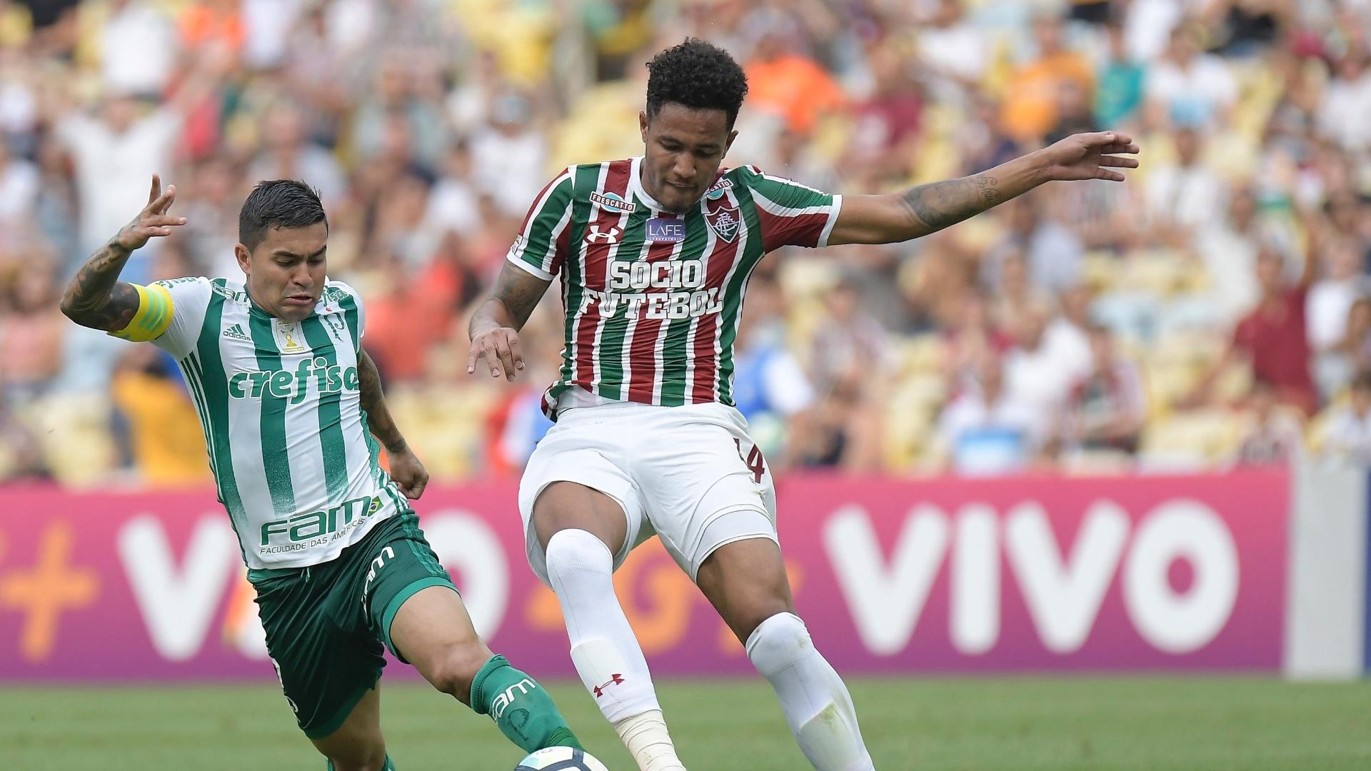 Dudu, do Palmeiras, disputa lance com Nogueira, do Fluminense, pelo Campeonato Brasileiro