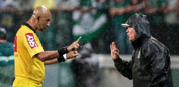 Levir Culpi discute com árbitro durante jogo do Santos