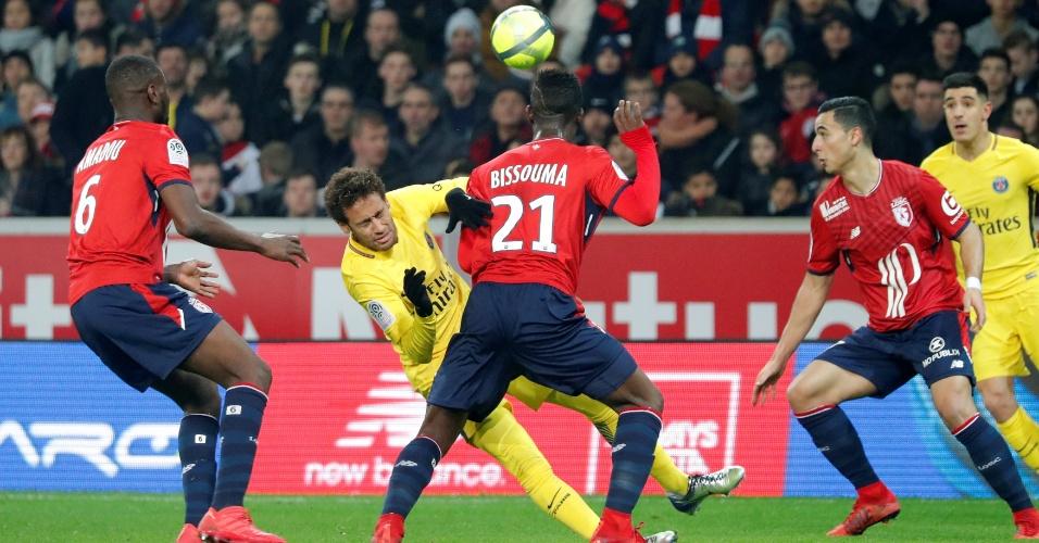 Neymar é marcado de perto na partida contra o Lille
