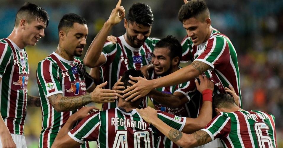 Jogadores do Fluminense comemoram o gol de Reginaldo diante do Nova Iguaçu