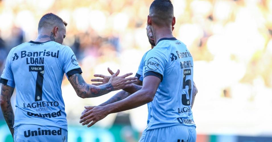 Jogadores do Grêmio comemoram o gol de Michel diante do Botafogo no Estádio Nilton Santos, em jogo pelo Campeonato Brasileiro