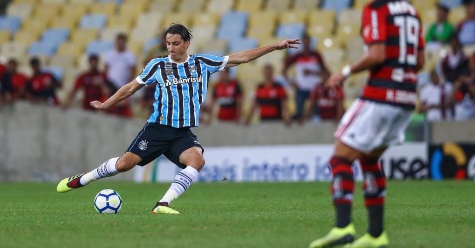 Geromel em ação pelo Grêmio durante jogo contra o Flamengo