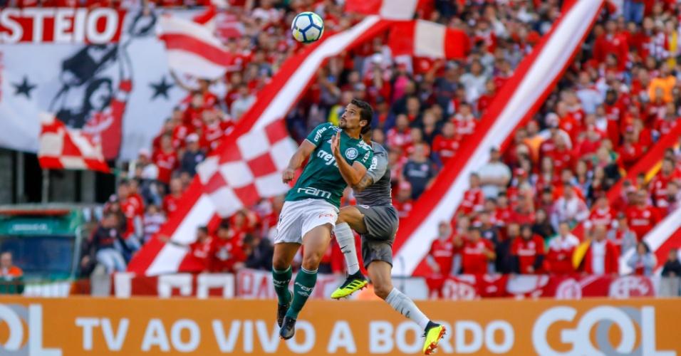 Jogadores de Internacional e Palmeiras disputam a bola pelo alto