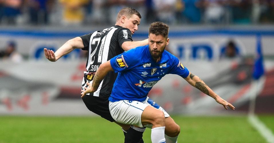 Rafael Sóbis encara marcação de Adilson durante Cruzeiro x Atlético-MG 25be5d3151650