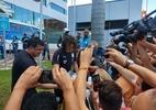 """Cavani rompe protocolo, abraça torcedores e ouve que """"Neto Baiano é melhor"""" - Gabriel Carneiro/UOL"""