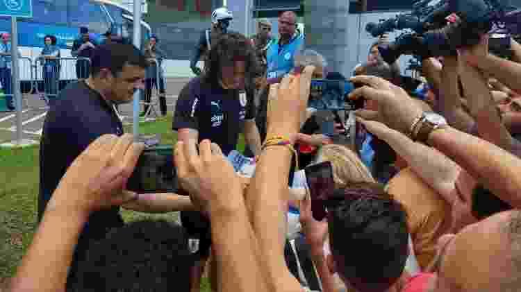 Cavani atende fãs na porta do hotel, após treino da seleção do Uruguai em Salvador - Gabriel Carneiro/UOL