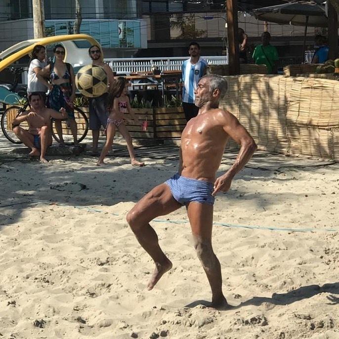 Romário joga futevôlei na Barra da Tijuca