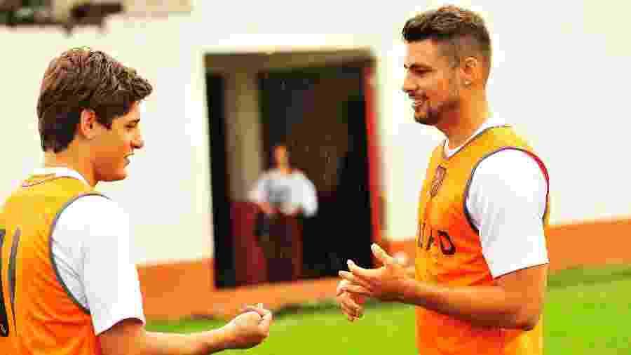 Roni (Daniel Rocha) e Jorginho (Cauã Reymond) em cena no campo do Divino Futebol Clube, de Avenida Brasil - Divulgação/TV Globo