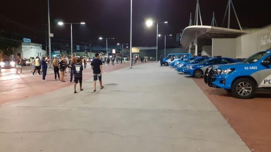 Carros de polícia fizeram a segurança do clássico entre Botafogo e Flamengo no Nilton Santos - Leo Burlá/UOL