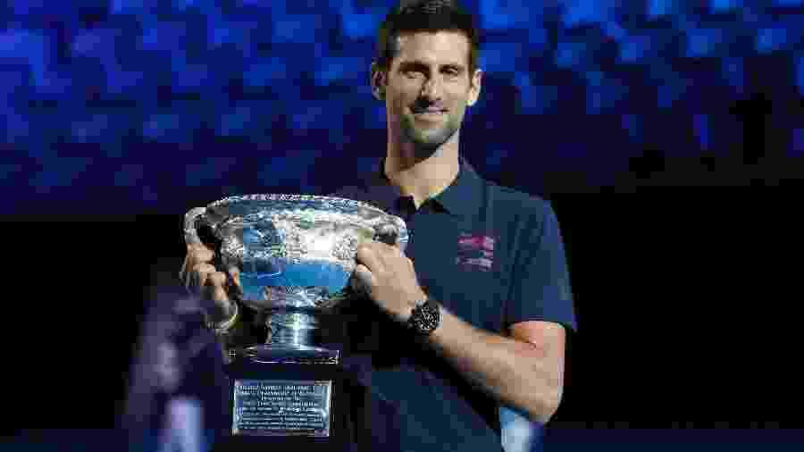 Novak Djokovic com o troféu do Australian Open na cerimônia de sorteio das chaves - Tennis Australia