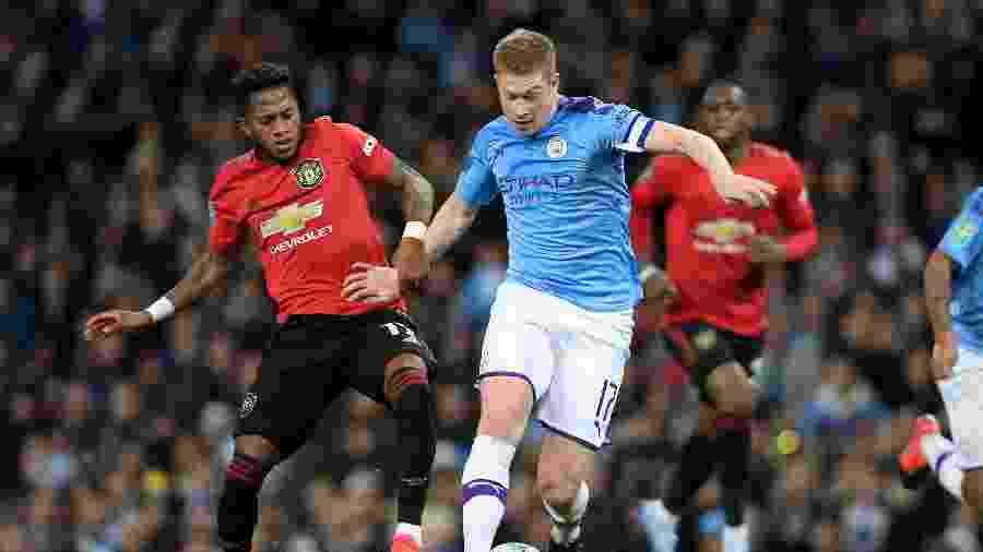 O brasileiro Fred, do Manchester United, disputa a bola com De Bruyne, do Manchester City - Simon Stacpoole/Offside/Offside via Getty Images