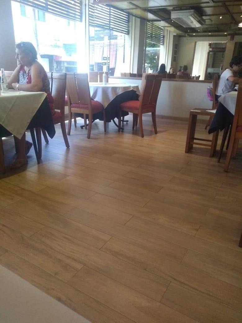 Restaurante Bolsi com mesas afastadas para manter clientes distantes