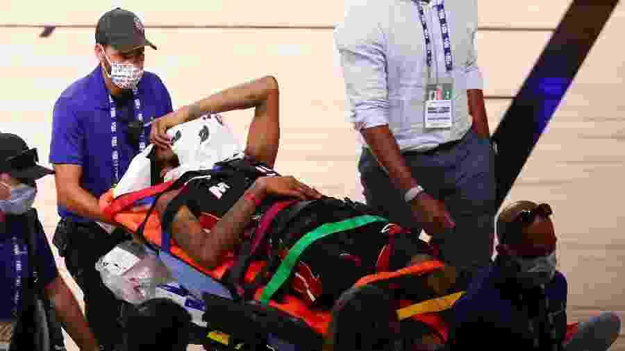 14.08.2020 - Derrick Jones Jr., do Miami Heat, sai de maca após colidir com Goga Bitadze, do Indiana Pacers, em jogo da NBA - Kim Klement / Getty Imaves via AFP