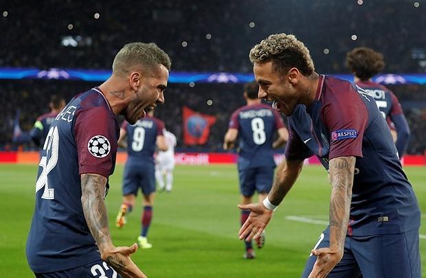 Daniel Alves e Neymar na vitória do PSG na vitória sobre o Bayern Munique por 3 x 0 em 2017