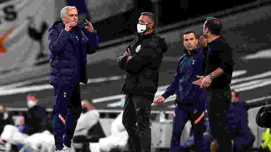 José Mourinho, técnico do Tottenham, discute com Frank Lampard, técnico do Chelsea - Neil Hall/PA Images via Getty Images