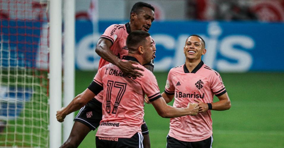 Galhardo comemora seu gol com jogadores do Inter