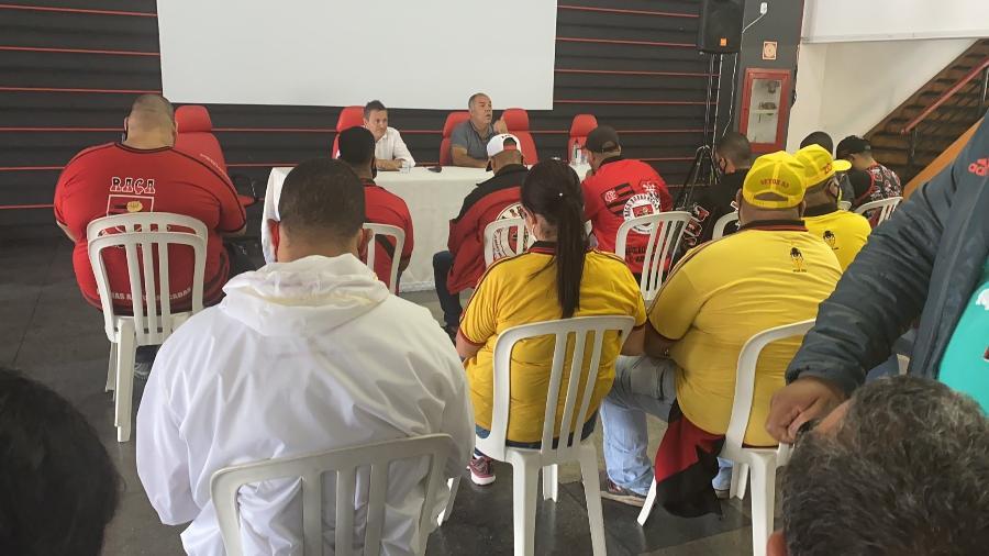 Integrantes de organizadas do Flamengo conversam com Braz e Spindel, em reunião na Gávea - Reprodução Twitter André Luis Valladas