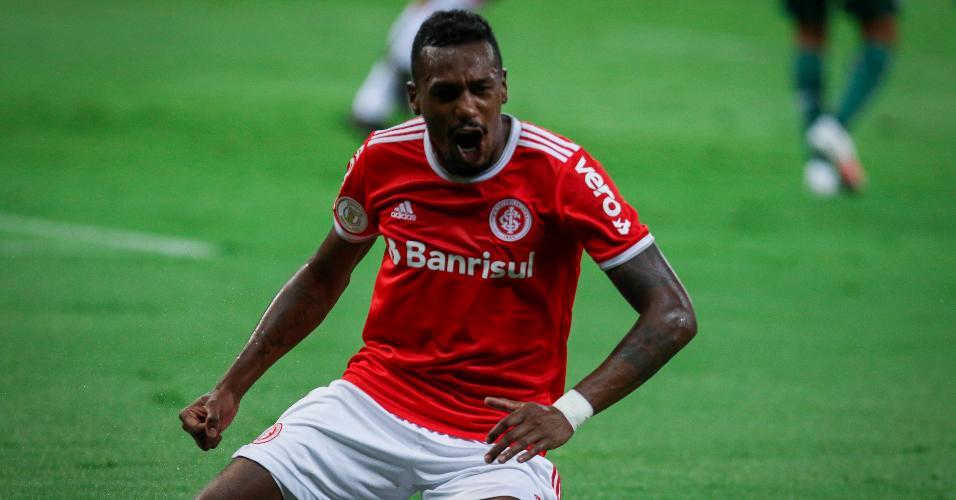 Edenílson comemora gol pelo Inter em jogo contra o Palmeiras, no Brasileirão