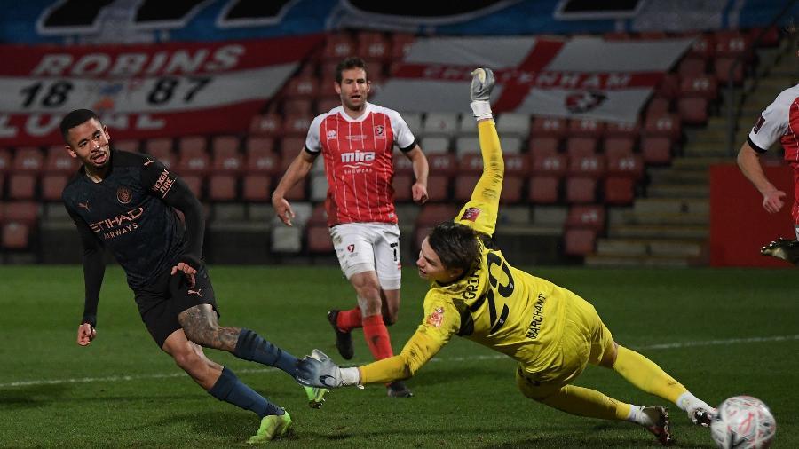 Gabriel Jesus marca gol da virada do Manchester City sobre o Cheltenham na Copa da Inglaterra - SHAUN BOTTERILL/AFP