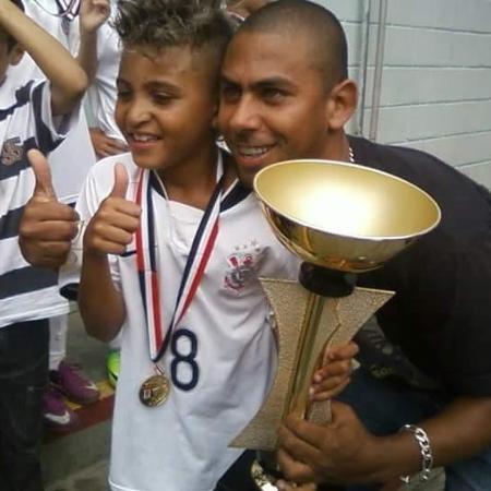 Rodrigo Varanda e Rogério Varanda, filho e pai, durante a infância do hoje destaque do Corinthians  - Arquivo pessoal