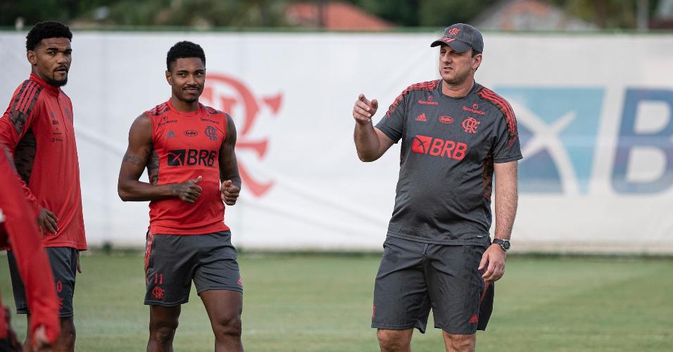 Rogério Ceni conversa com jogadores em reapresentação do Flamengo
