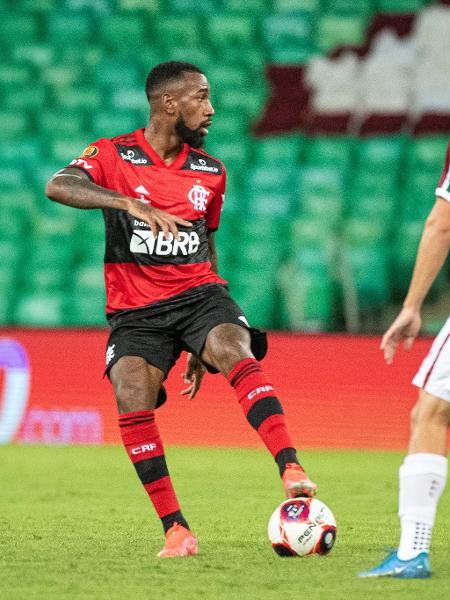 Gerson conduz a bola na primeira final do Carioca 2021, entre Flamengo e Fluminense - Alexandre Vidal / Flamengo